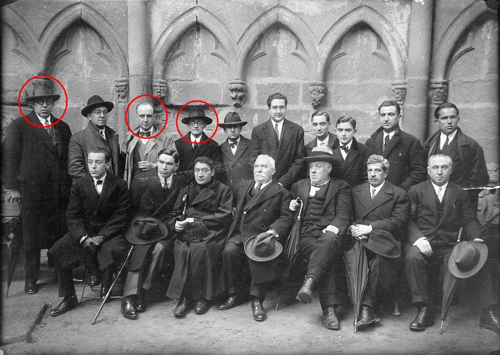 Miembros del Seminario de Estudos Galegos en 1928, en las Ruinas de San Domingos de Pontevedra. De izquierda a derecha, R. Otero Pedrayo, F. López Cuevillas y V. Risco. Fuente: Fundación Otero Pedrayo.