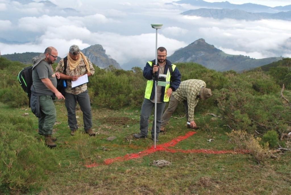Tras adelantarse los exploradores, los mentores seleccionan el mejor lugar de acampada y, con los instrumentos adecuados, definen los ejes mayores del recinto y su perímetro. La X marca el lugar.